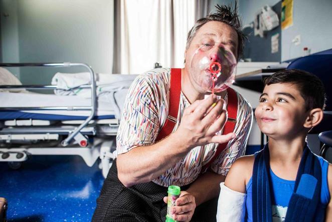 Mediclowns organise chaque année 6.000 visites au chevet d'enfants malades - crédit photo : Mediclowns