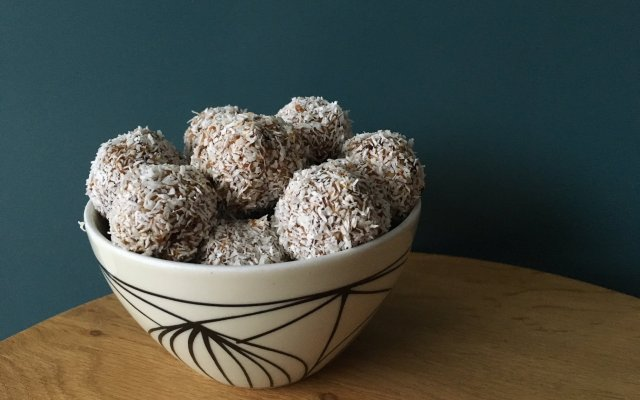 Dadel en abrikozenballetjes.