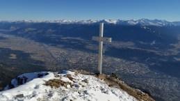 Brandjochkreuz. Und darunter breitet sich Innsbruck aus.
