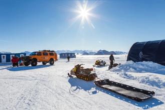 Le soleil brille sur Union Glacier, mais les conditions météo sont défavorables sur le point de départ de l'expédition et ne permettent pas au Twin Otter de s'y poser. Nous sommes prêts, nous attendons. Nous prenons aussi conscience du défi qui nous attend : parcourir 2.045 kms en ski à travers l'Antarctique, via le pôle Sud.