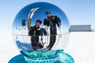 Veillée de Noël au pôle Sud. Un Noël blanc. Il fait -35°C. La neige, ou plutôt la glace, ne manque pas. Le jour est permanent mais la magie de Noël opère néanmoins.