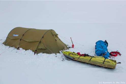 La pelle, oubliée à l'extérieur de la tente, nous permet de sécuriser la tente avec des blocs de glace ou de la neige, et nous est utile également pour récupérer la glace qui sera bientôt de l'eau pure, après passage sur le réchaud ! Le réchaud est allumé trois à quatre heures par jour pour faire fondre l'équivalent de 8 litres d'eau.