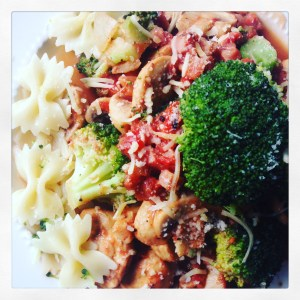 Gezonde groentewok met broccoli, champignon, ham, tomaat, ui en knoflook