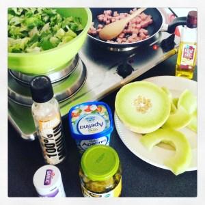 Ingredienten van de ham-meloen salade met augurk en arla