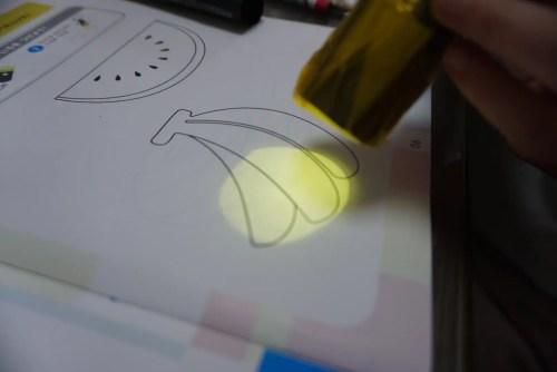 イロイロファクトリー バナナに黄色ライトで色を付ける