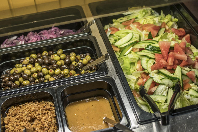 Salaattipöydän antimia.