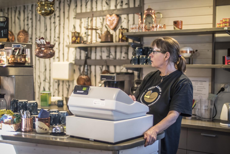 Aina kun ravintolassa on hiljaisempaa, leipoo Terhi Järvinen uusia tuotteita vitriiniin.