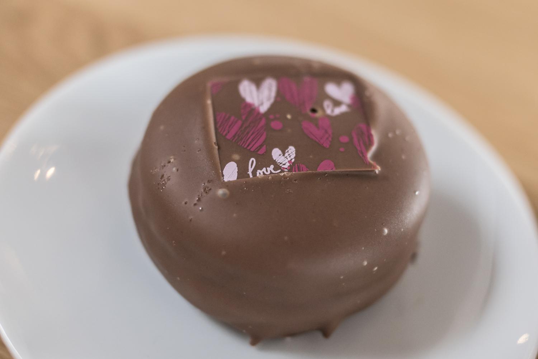 Chocoron on suolakinuskitäytteinen macaron-leivos suklaakuorrutuksella.