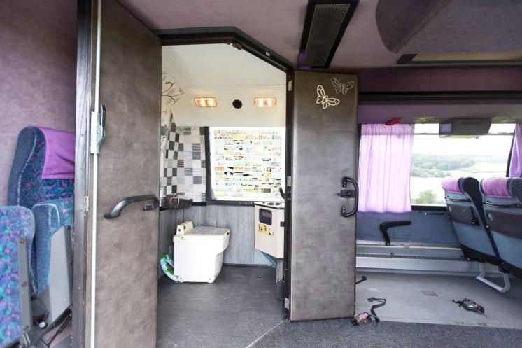 Bussin invavessa mahdollistaa vierailun myös sellaisissa kohteissa, joista ei muuten invavessaa löydy. Kuva: Matrocks
