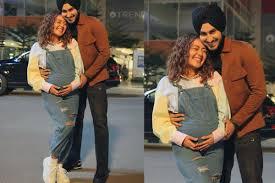Neha Kakkar announces pregnancy by sharing a pic flaunting baby bump, tells hubby Rohanpreet 'KhyaalRakhyaKar 8