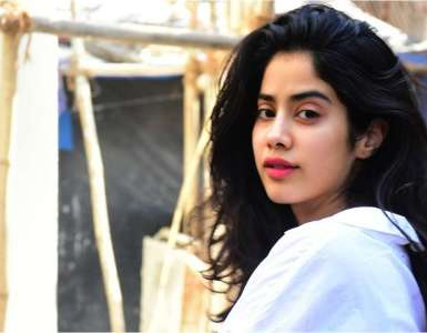 Protesters halt Janhvi Kapoor's film shoot in Patiala, shout slogans of 'Janhvi Kapoor vapas jao' 15