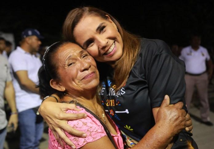Mara Lezama con una visitante al panteón municipal.