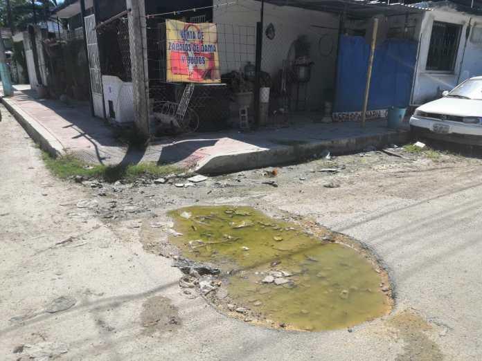 En la calle Valleverde lo único verde es el agua de los charcos