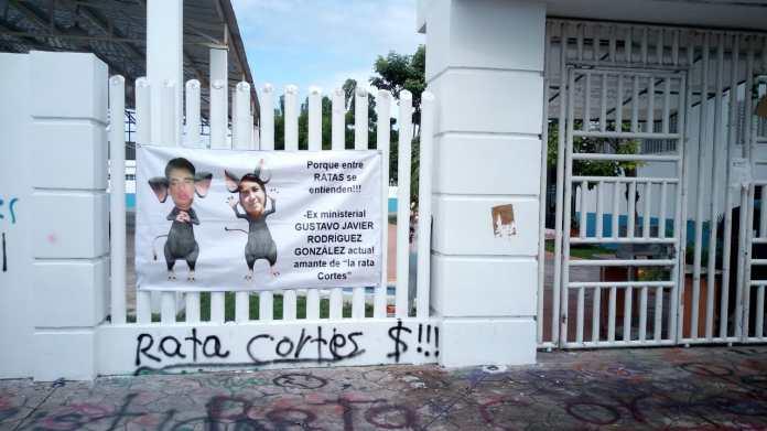 Lona contra periodista Fabiola Cortés