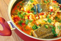 Bacalhau com grão e tomate