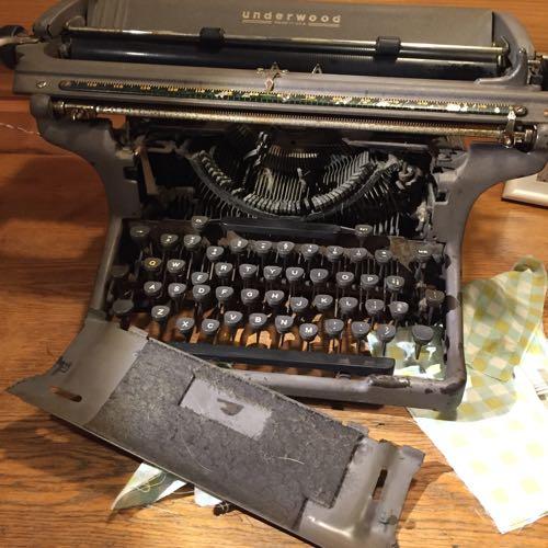 タイプライターのフロントパネルが外せた
