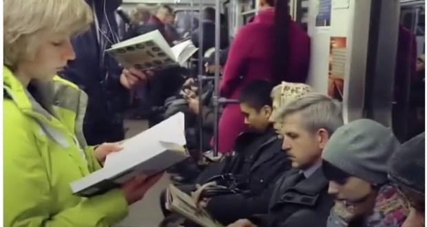 مواطنون روس يقرأون الكتب بالمترو