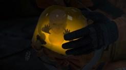 Der weiße Anhänger am Gefäß zeigt die Logo-Figur von Kojima Production.