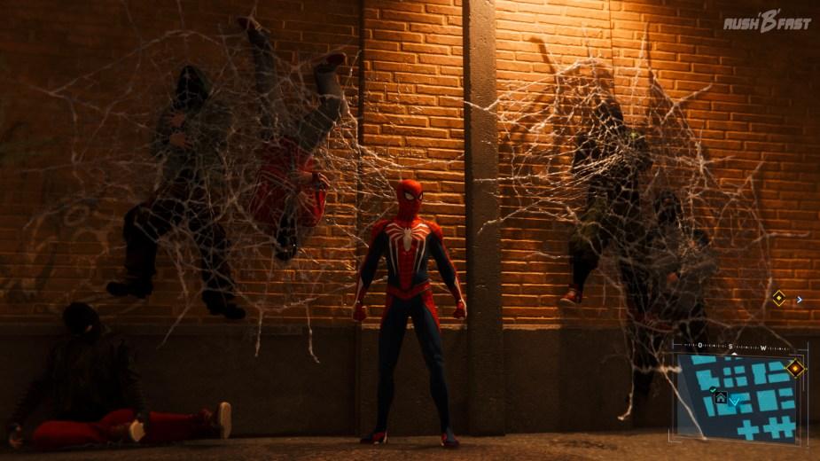 Marvel's Spider-Man - Ins Netz gegangen: Immer schön anzusehen ist, wie die Gegner noch nach einem Kampf in der Umgebung verstreut liegen und kleben.