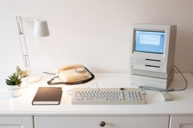 Quelle: podstawczynski.com - Apple Macintosh SE with 80SC drive and Apple ADB keyboard and mouse
