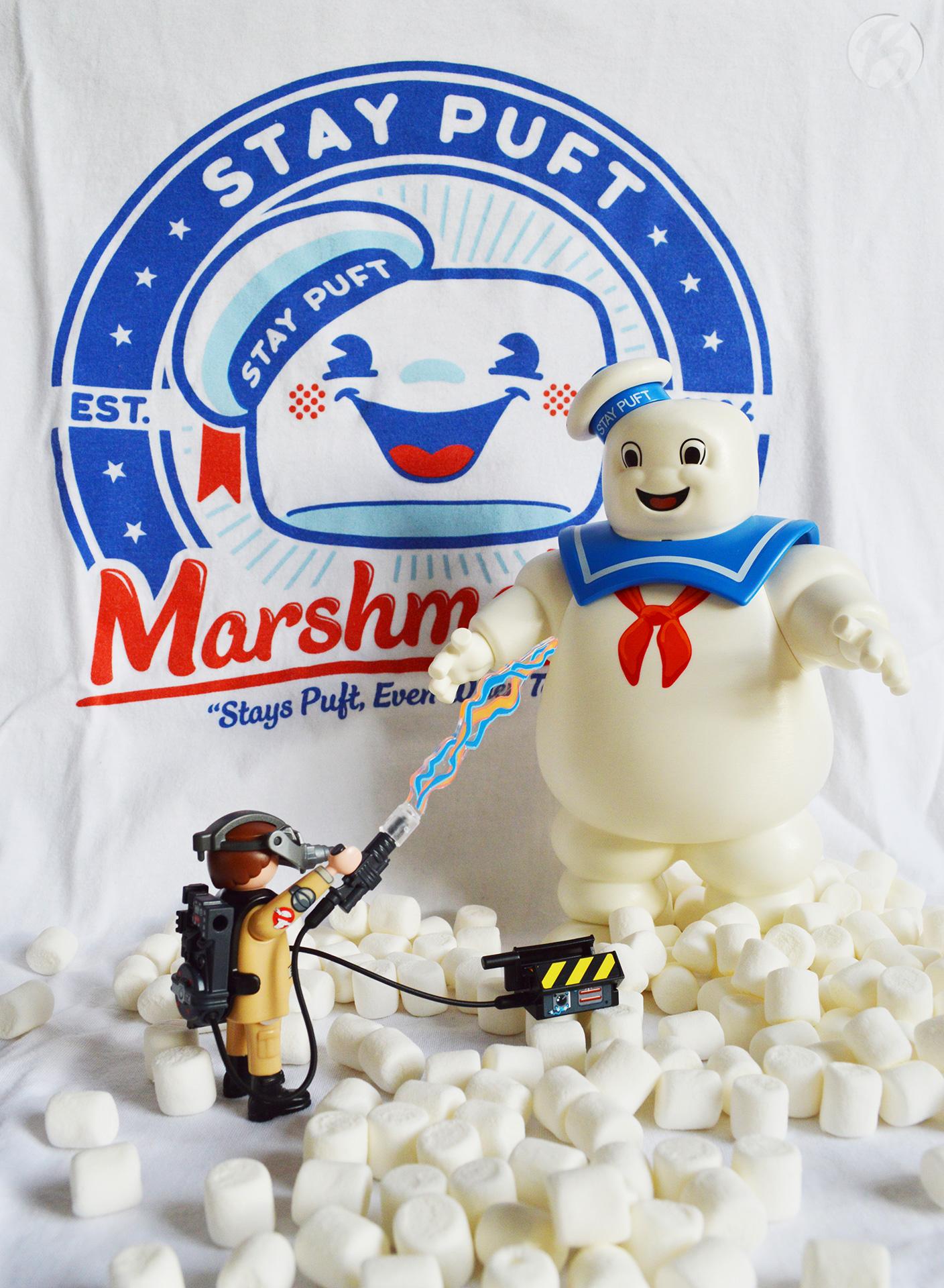 Ray Stantz vs. Marshmallow Man (Geisterfalle Ecto-1 Set, Hintergrund: Qwertee T-Shirt)