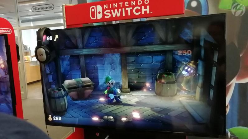 Erst blenden, dann saugen: Die Taschenlampe hilf Luigi im Kampf mit den frechen Geistern. (E3 Demo)