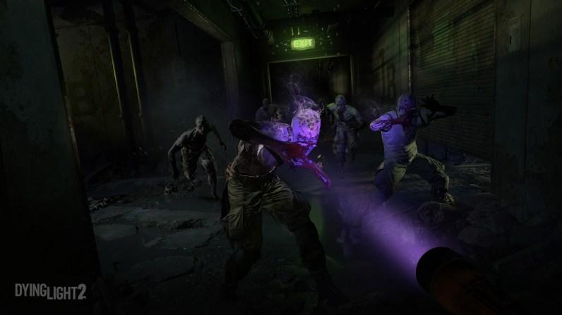 Die Zombies in Dying Light 2 sind UV-empfindlich und ziehen sich daher am Tag in die dunklen Räume leer stehender Gebäude zurück.