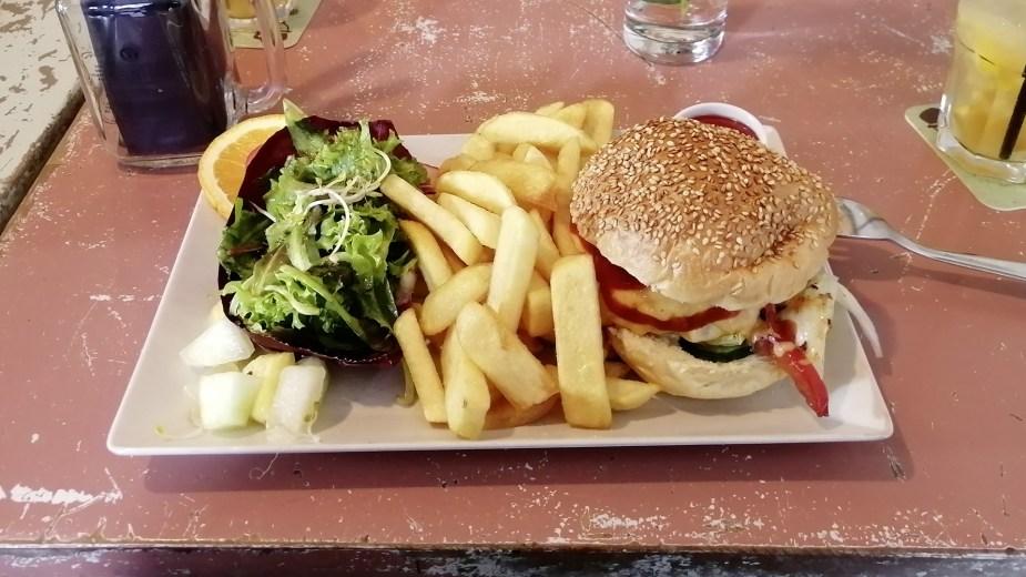 Köln, Belgisches Viertel: Lecker Cheeseburger und Homemade Lemonade im Restaurant Herr Pimock.