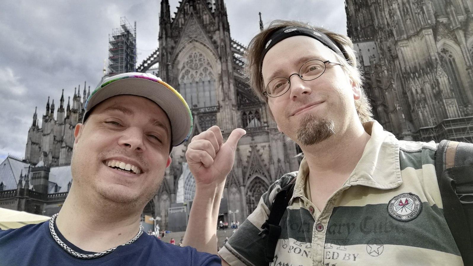Nein, das ist nicht der Neuzugang bei den Kölner Domspatzen. Jean und ich schicken auf dem Weg nach Nahrung noch Grüße via Twitter in die Welt.