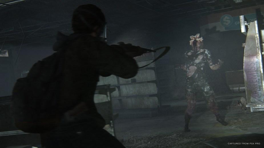Quelle: SIE - The Last of Us Part II - Bewaffnet mit Gewehr und Gasmaske geht es in das Sporen verseuchte Gebiet.