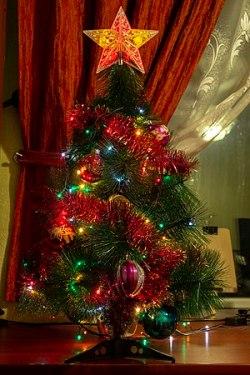 Russisk nytår med pyntet nytårstræ