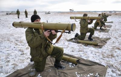 Ukrainian servicemen are learning to operate US-made anti-tank rocket launchers | Photo: Pavlo Palamarchuk, © AP