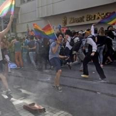 В Стамбуле полиция применила слезоточивый газ и резиновые пули для разгона гей-парада