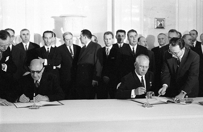 Президент Франции Шарль де Голль и Председатель Президиума Верховного Совета СССР Николай Подгорный во время подписания советско-французской декларации в Москве. Июнь 1966 года