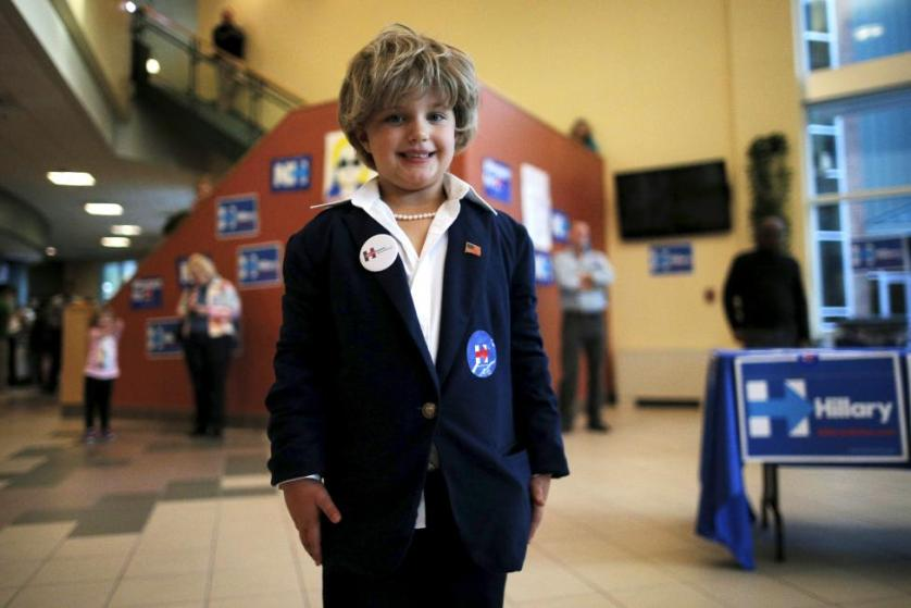 """Five-year-old Ashlyn Baugher, dressed in her Halloween costume as Hillary Clinton, poses for photographs at a campaign """"Meet and Greet"""" in Nashua, New Hampshire October 16, 2015. REUTERS/Brian Snyder"""