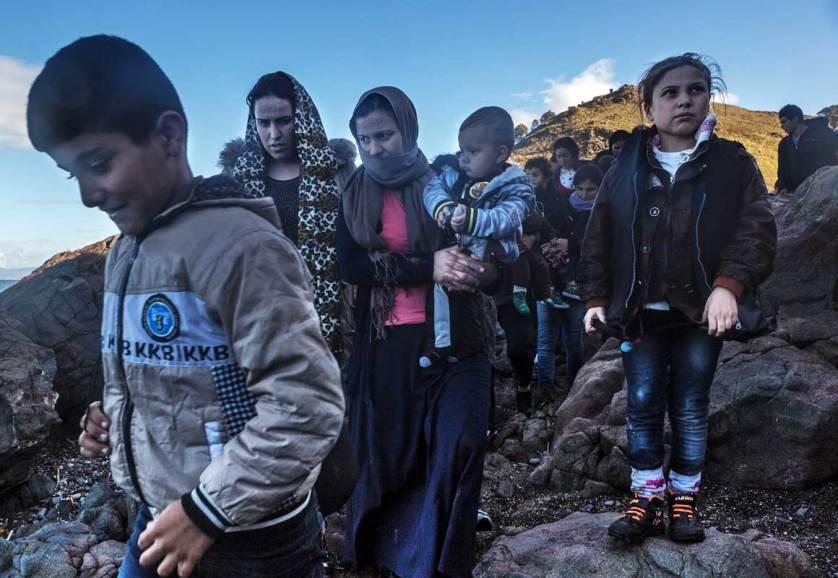 Беженцы из Сирии, Ирака , Пакистана перебираются сначала в Турции, а оттуда морем - в Грецию, на остров Лесбос