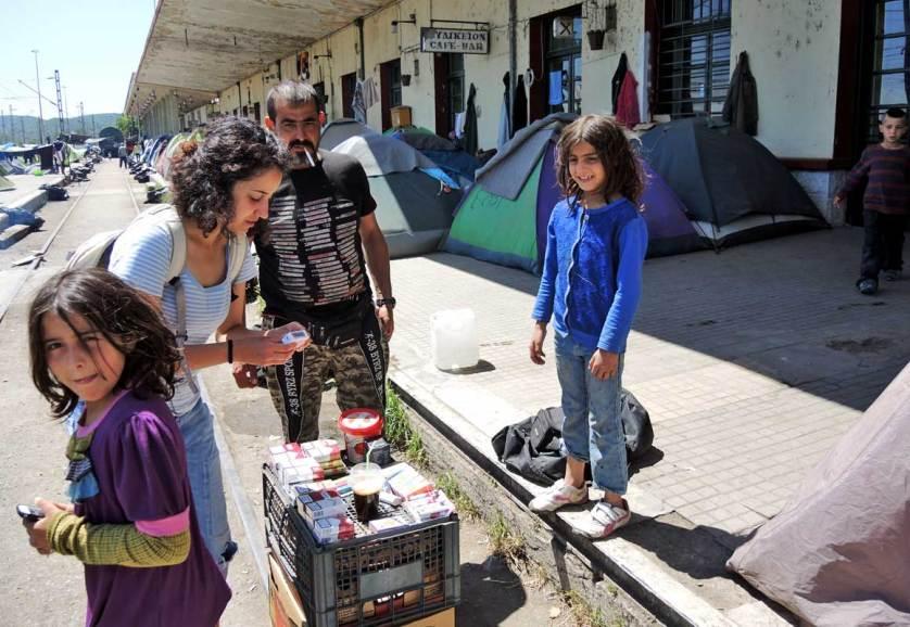 Дети-беженцы на вокзале в Идомени (Греция)