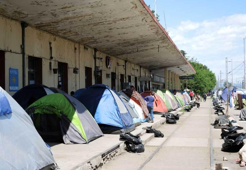 Беженцы заняли железнодорожный вокзал неподалеку от закрытой греко-македонской границы