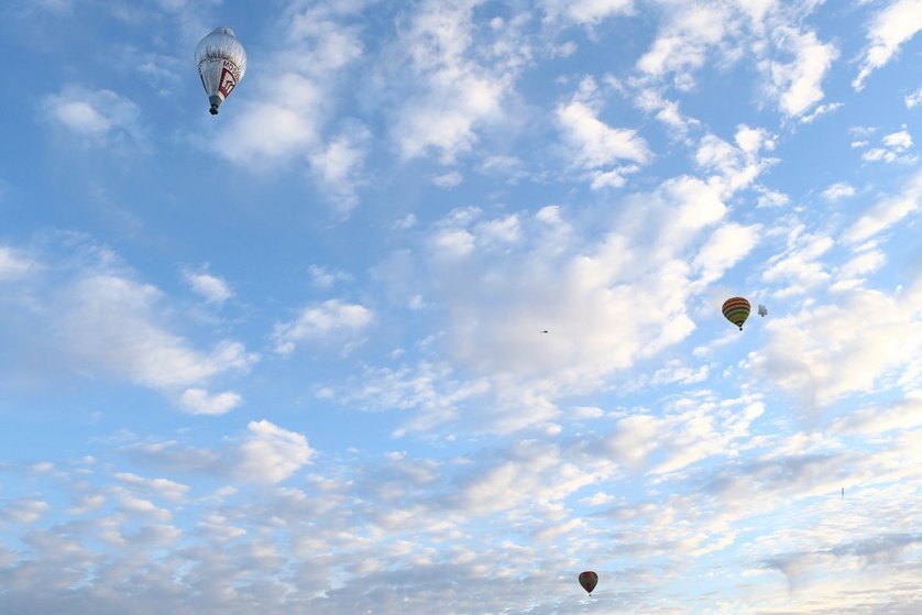 Fedor Konyukhov lifts off from the Northam Aero Club flanked by other hot air balloons