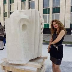 الفن السوري تحت سماء روسيا… إخلاص الفقيه تضع أول منحوتة سورية في حديقة ببيلغوراد