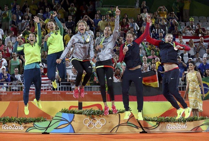 Церемония награждения победительниц олимпийского турнира по пляжному волейболу в Рио-де-Жанейро. Слева направо: серебряные медалистки бразилианки Агата Беднарчук (Agatha Bednarczuk) и Барбара Сейксас Фигейредо (Barbara Seixas Figueiredo), золотые медалистки Лаура Людвиг (Laura Ludwig) и Кира Валькенхорст (Kira Walkenhorst) из Германии и бронзовые медалистки американки Эйприл Росс (April Ross) и Кэрри Уолш (Kerri Walsh).