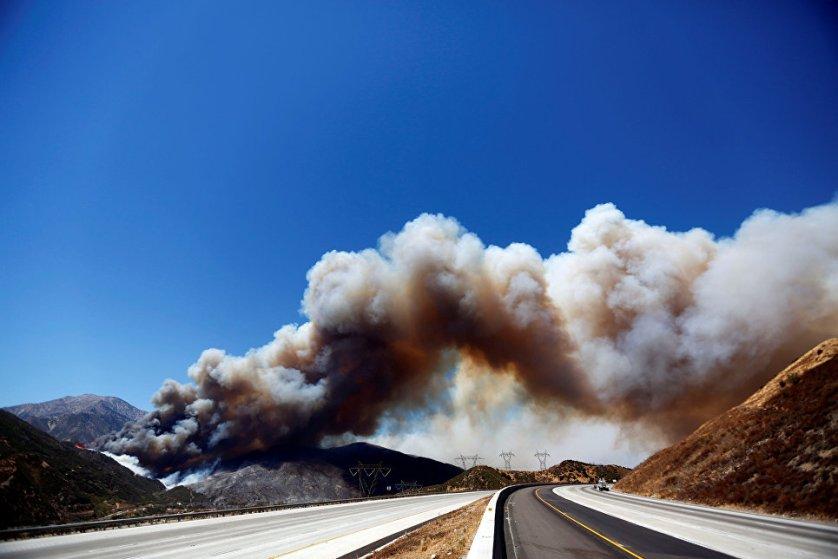 Жители более 35 тысяч домов были вынуждены оставить свои жилища из-за пожаров, которые бушуют в штате Калифорния (США). Пожар продолжается чуть меньше недели. По последним данным, он охватил территорию более 100 квадратных километров, сдержать удалось пока только 4% этой площади. Над тушением работают более 1,3 тысяч сотрудников пожарной службы.