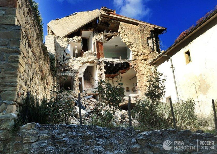 Эпицентр землетрясения находился недалеко от Аккумоли в столичной области Лацио. Население Аккумоли составляет около 700 человек, но, по словам мэра, сейчас там находятся около двух тысяч отдыхающих, которые приехали к родственникам и знакомым. В городке не осталось ни одного здания, пригодного для проживания.