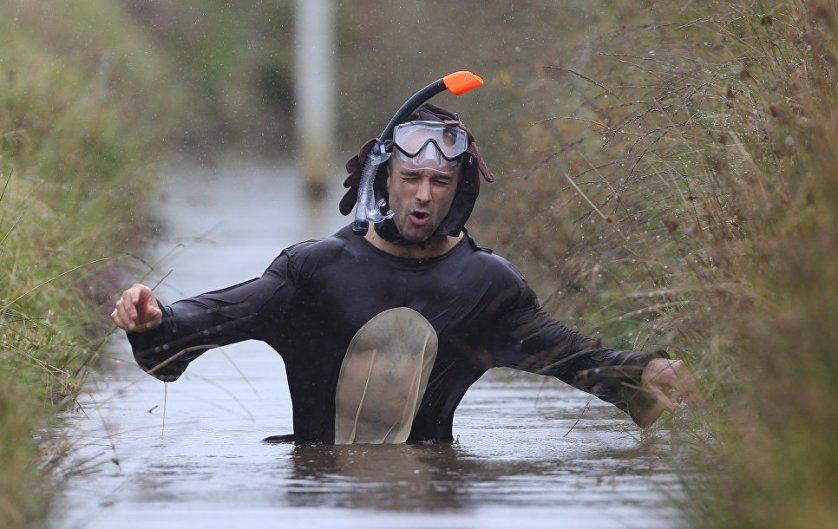 Задача участников Чемпионата - как можно быстрее проплыть 110 метров в грязной воде, которой наполнены две траншеи - по 55 метров каждая.