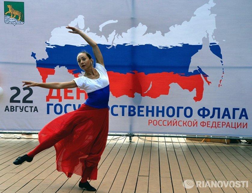 Выступление артистки на праздничном концерте во Владивостоке, посвященном Дню Государственного флага Российской Федерации.