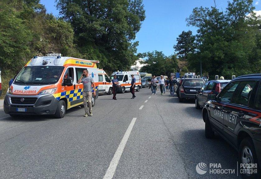 В Аматриче, помимо спасателей, находятся многочисленные отряды полиции и карабинеров, бригады скорой помощи, пожарные и журналисты. В город для помощи в разборах завалов прибыли военнослужащие.