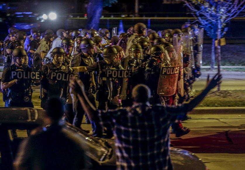 В американском городе Милуоки два дня продолжались беспорядки, спровоцированные гибелью молодого человека от рук полицейского. В ходе беспорядков пострадали несколько полицейских и участников стихийных акций протеста. Правоохранители провели серию задержаний нарушителей общественного порядка.