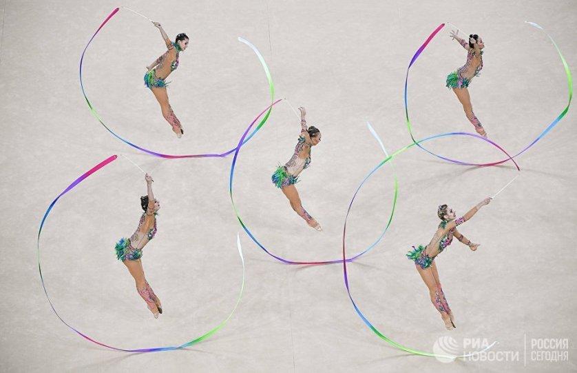 Спортсменки сборной России во время выполнения упражнения с пятью лентами в финале групповых соревнований по художественной гимнастике на XXXI летних Олимпийских играх.