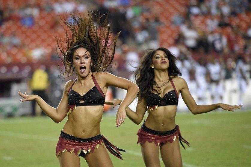 Чирлидерши команды Washington Redskins во время предсезонного матча НФЛ против New York Jets в Ландовере, штат Мэриленд.