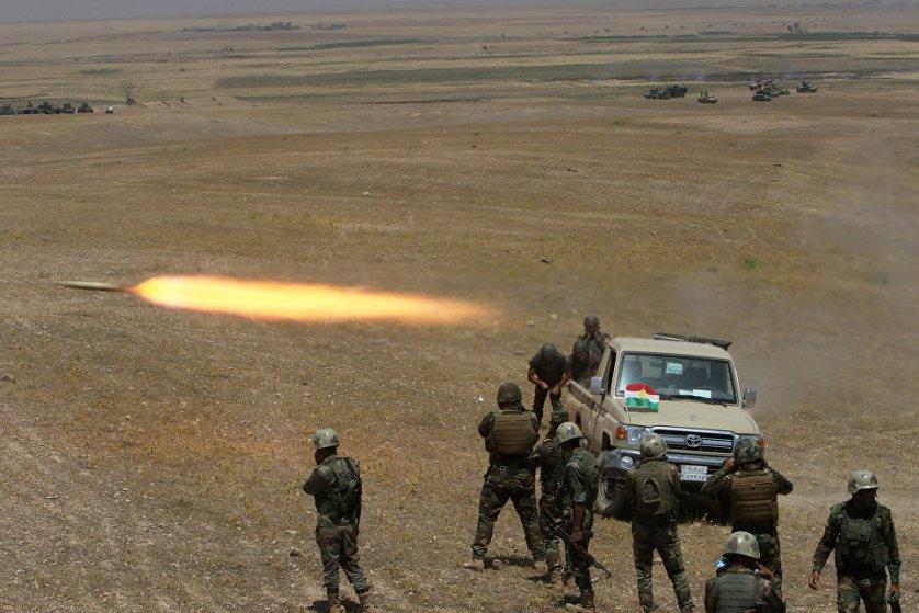 Курдские военизированные формирования (вооружённые силы) запускают ракету в сторону ИГ на юго-востоке города Мосул в Ираке.